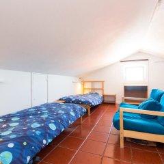 Отель Baleal Surf Camp Кровать в общем номере двухъярусные кровати