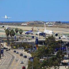 Отель Renaissance Los Angeles Airport Hotel США, Лос-Анджелес - 8 отзывов об отеле, цены и фото номеров - забронировать отель Renaissance Los Angeles Airport Hotel онлайн балкон