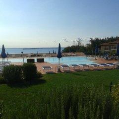 Отель Montecolo Resort Манерба-дель-Гарда бассейн