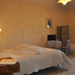 Отель Château de Bessas Gîtes Стандартный семейный номер с двуспальной кроватью