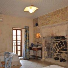 Отель Château de Bessas Gîtes Стандартный семейный номер с двуспальной кроватью фото 4