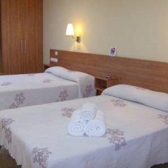 Отель Hostal Sant Sadurní Стандартный семейный номер с двуспальной кроватью фото 2