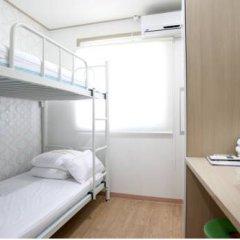 Отель K-POP GUESTHOUSE Seoul Station 2* Стандартный номер с 2 отдельными кроватями (общая ванная комната)