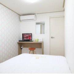 Отель K-POP GUESTHOUSE Seoul Station 2* Стандартный номер с двуспальной кроватью (общая ванная комната) фото 4