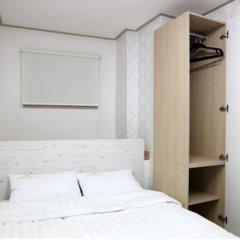 Отель K-POP GUESTHOUSE Seoul Station 2* Стандартный номер с двуспальной кроватью (общая ванная комната)