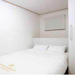 Отель K-POP GUESTHOUSE Seoul Station 2* Стандартный номер с двуспальной кроватью (общая ванная комната) фото 2