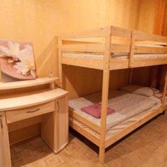Лайк Хостел Омск Кровать в общем номере с двухъярусными кроватями