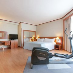Hotel Madrid Plaza de Espana managed by Melia сейф в номере