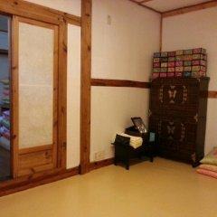 Отель Hyosunjae Hanok Guesthouse 2* Стандартный семейный номер с двуспальной кроватью фото 4