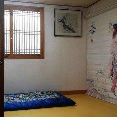 Отель Yeonwoo Guesthouse Стандартный семейный номер с двуспальной кроватью фото 14