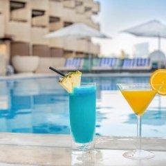 Отель Radisson Blu Hotel, Dubai Deira Creek ОАЭ, Дубай - 3 отзыва об отеле, цены и фото номеров - забронировать отель Radisson Blu Hotel, Dubai Deira Creek онлайн бассейн фото 3