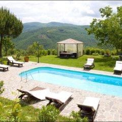 Отель Podere Il Castello Ареццо бассейн