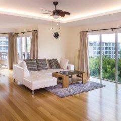 Апартаменты Emerald Palace - Serviced Apartment Паттайя комната для гостей фото 2