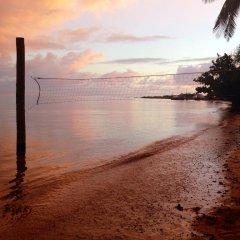 Отель Funky Fish Beach & Surf Resort Фиджи, Остров Малоло - отзывы, цены и фото номеров - забронировать отель Funky Fish Beach & Surf Resort онлайн пляж фото 2
