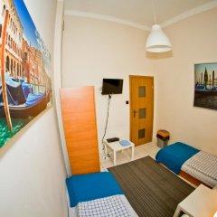 Отель B Movie Guest Rooms 2* Номер с общей ванной комнатой с различными типами кроватей (общая ванная комната) фото 4