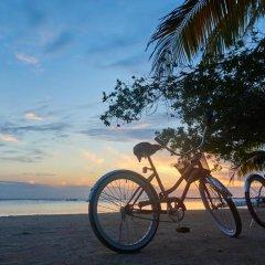 Отель Sea Eye Hotel - Tropical Building Гондурас, Остров Утила - отзывы, цены и фото номеров - забронировать отель Sea Eye Hotel - Tropical Building онлайн спортивное сооружение