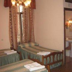 Отель Hostal Conchita II Стандартный семейный номер с двуспальной кроватью (общая ванная комната) фото 2
