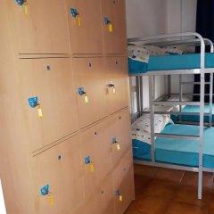 Отель Albergue Pension Flavia Падрон сейф в номере