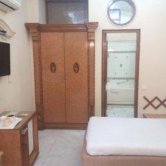 Отель Bajaj Indian Home Stay сейф в номере