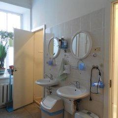 Отель Elizabeths Youth Hostel Латвия, Рига - отзывы, цены и фото номеров - забронировать отель Elizabeths Youth Hostel онлайн ванная