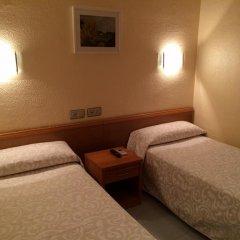 Отель Hostal Iznajar Barcelona Стандартный номер с 2 отдельными кроватями (общая ванная комната) фото 3