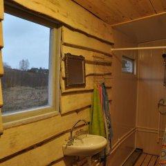 Гостиница Holiday House On Zavodskaya 6 в Изборске отзывы, цены и фото номеров - забронировать гостиницу Holiday House On Zavodskaya 6 онлайн Изборск ванная