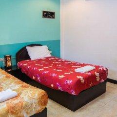 Отель Patong Bay Guesthouse 2* Улучшенный номер с 2 отдельными кроватями фото 9