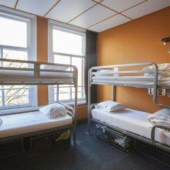 Отель The Flying Pig Uptown Кровать в общем номере с двухъярусной кроватью фото 8