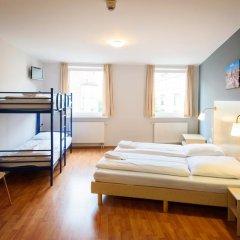 Отель A&O Berlin Friedrichshain 2* Стандартный номер с 2 отдельными кроватями фото 4