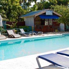 Отель Tobys Resort бассейн