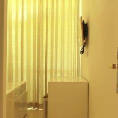 Отель Thilhara Days Inn сейф в номере