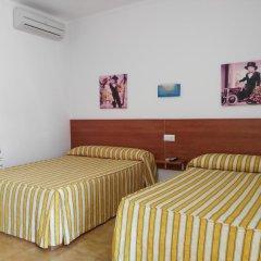 Отель Hostal Los Mellizos Испания, Кониль-де-ла-Фронтера - отзывы, цены и фото номеров - забронировать отель Hostal Los Mellizos онлайн комната для гостей фото 2