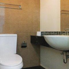 Отель Ratchaporn Place By Favstay ванная фото 2