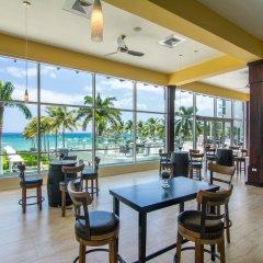 Отель Hilton Rose Hall Resort and Spa Ямайка, Монтего-Бей - отзывы, цены и фото номеров - забронировать отель Hilton Rose Hall Resort and Spa онлайн гостиничный бар