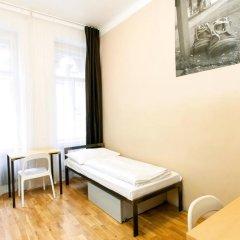 Отель Czech Inn Кровать в общем номере с двухъярусной кроватью