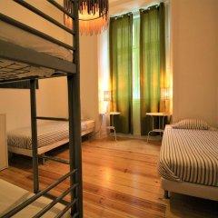 Отель We Love F Tourists Кровать в общем номере