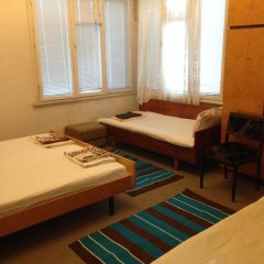 Отель East Gate Guest Rooms Стандартный семейный номер с двуспальной кроватью (общая ванная комната) фото 11