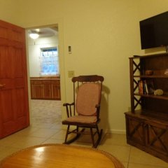Отель Tirina's Writer's Retreat удобства в номере