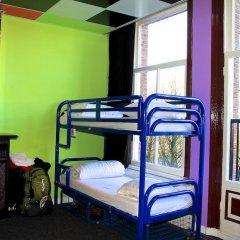 Отель The Flying Pig Uptown Кровать в общем номере с двухъярусной кроватью фото 4