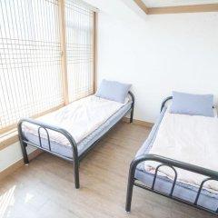Отель Hi Jun Guesthouse Hongdae 2* Номер Делюкс с 2 отдельными кроватями