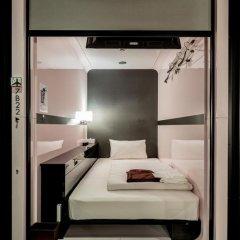 Отель First Cabin Kyobashi Кровать в мужском общем номере с двухъярусной кроватью фото 9