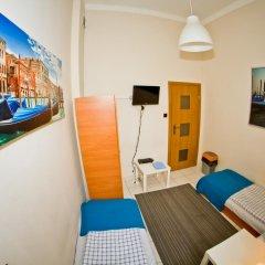 Отель B Movie Guest Rooms 2* Номер с общей ванной комнатой с различными типами кроватей (общая ванная комната) фото 3