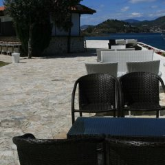 Отель Aliki Beach Hotel Греция, Галатас - отзывы, цены и фото номеров - забронировать отель Aliki Beach Hotel онлайн приотельная территория