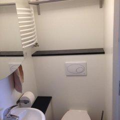 Отель B&B Houseboat between Amsterdam Windmills Нидерланды, Амстердам - отзывы, цены и фото номеров - забронировать отель B&B Houseboat between Amsterdam Windmills онлайн ванная фото 2