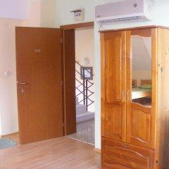 Отель Zora Guest House сейф в номере