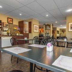 Отель Econo Lodge Montmorency Falls Канада, Буашатель - отзывы, цены и фото номеров - забронировать отель Econo Lodge Montmorency Falls онлайн питание фото 3