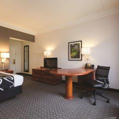 Отель La Quinta Inn & Suites Dallas North Central 2* Номер Делюкс с различными типами кроватей фото 3