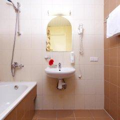 Гостиница Невский Бриз 3* Улучшенный семейный номер с разными типами кроватей фото 5