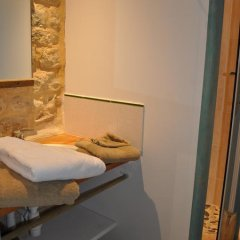 Отель Château de Bessas Gîtes Стандартный номер с двуспальной кроватью фото 4