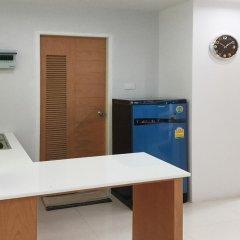 Отель Ratchaporn Place By Favstay удобства в номере